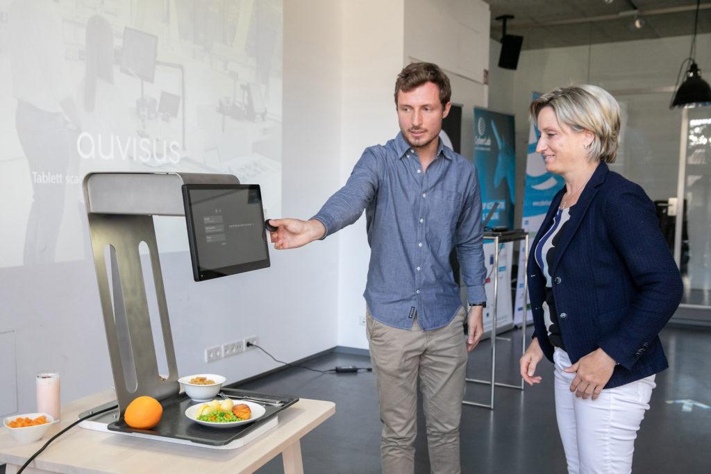Felix Schweickardt zeigt Dr. Hoffmeister-Krause die autonome Speisenerkennung von auvisus