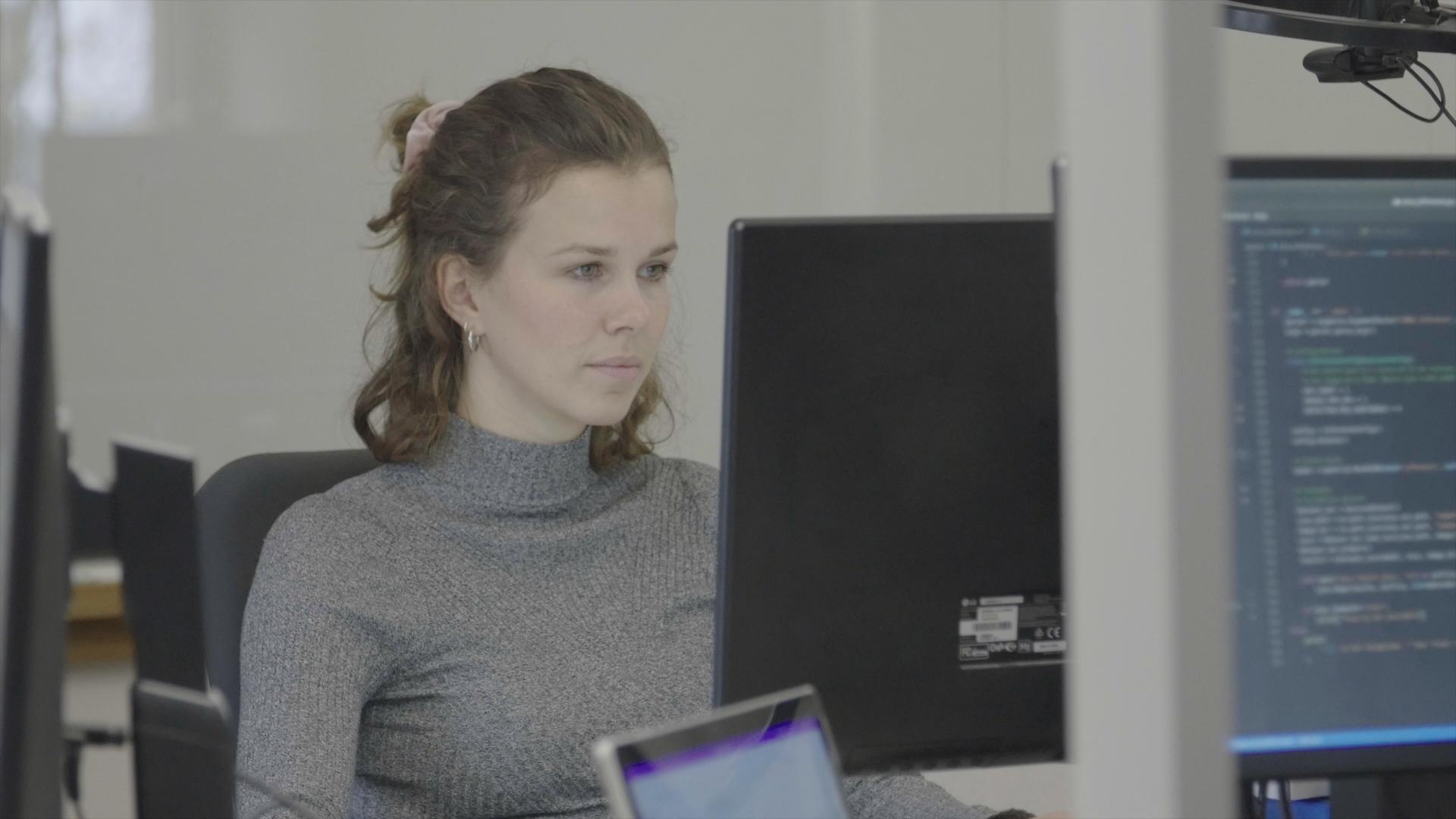 Eine Mitarbeiterin von auvisus bei der Entwicklung der autonomen Speisenerkennung durch den visioncheckout