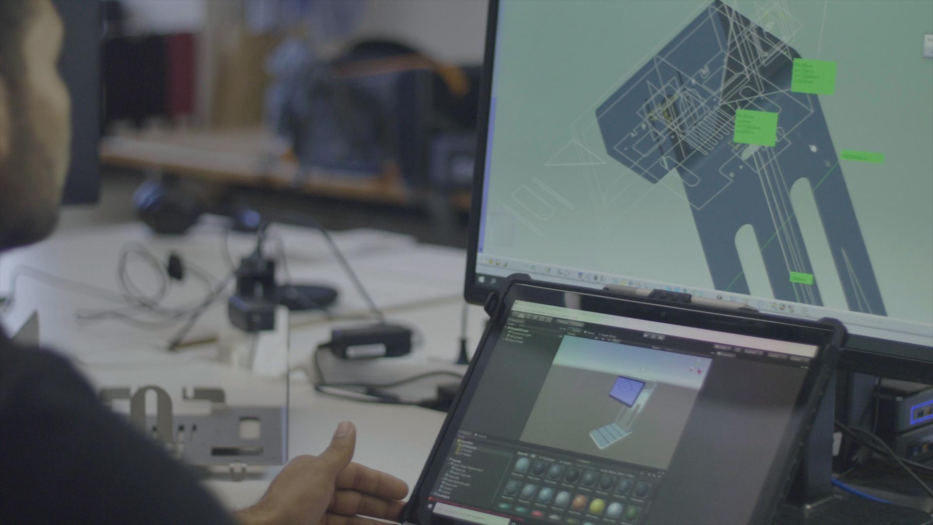 Mitarbeiter von auvisus bei der Entwicklung eines Prototypen des visioncheckouts