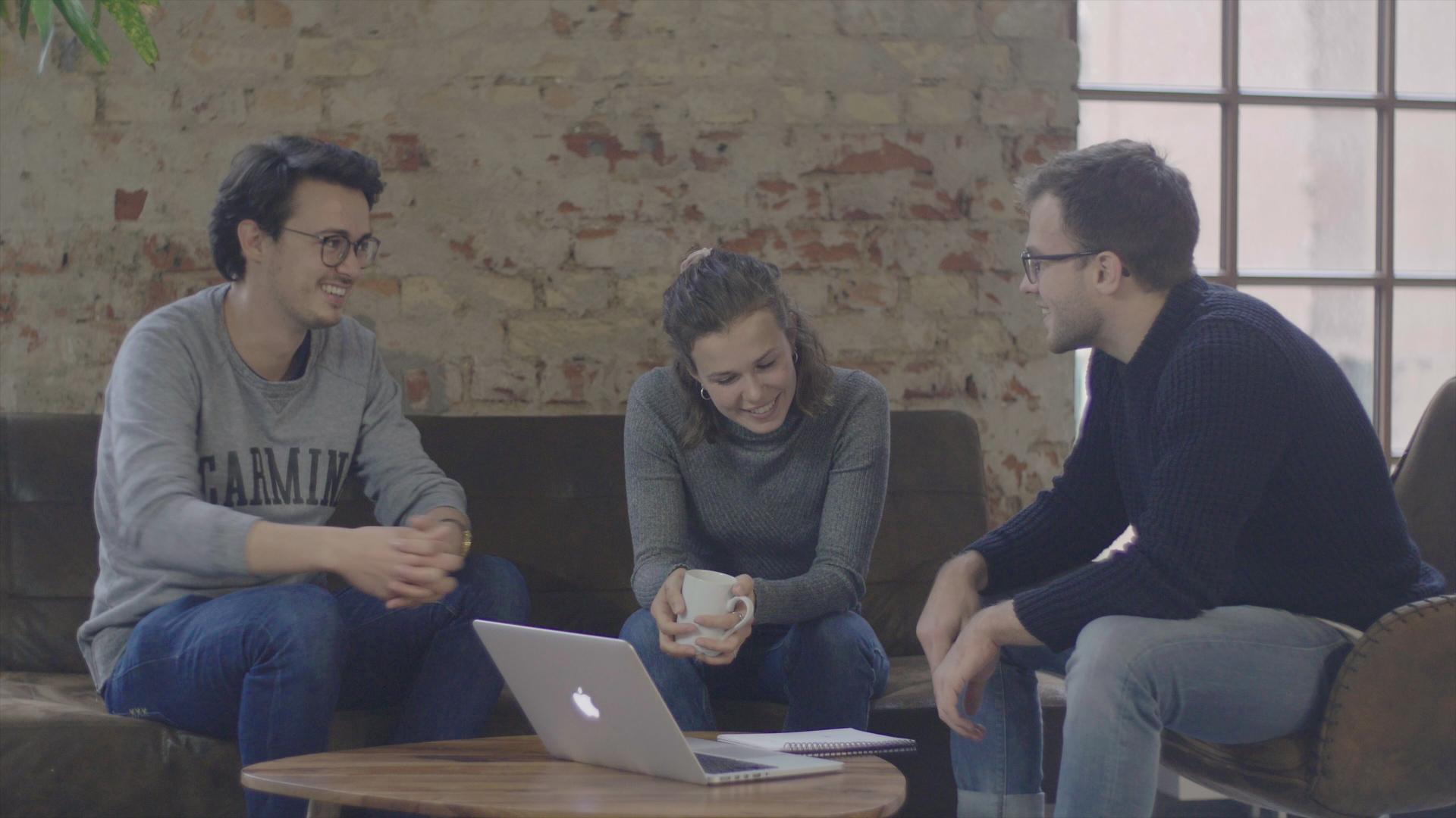 Das Team von auvisus bei einer Besprechung in entspannter Atmosphäre