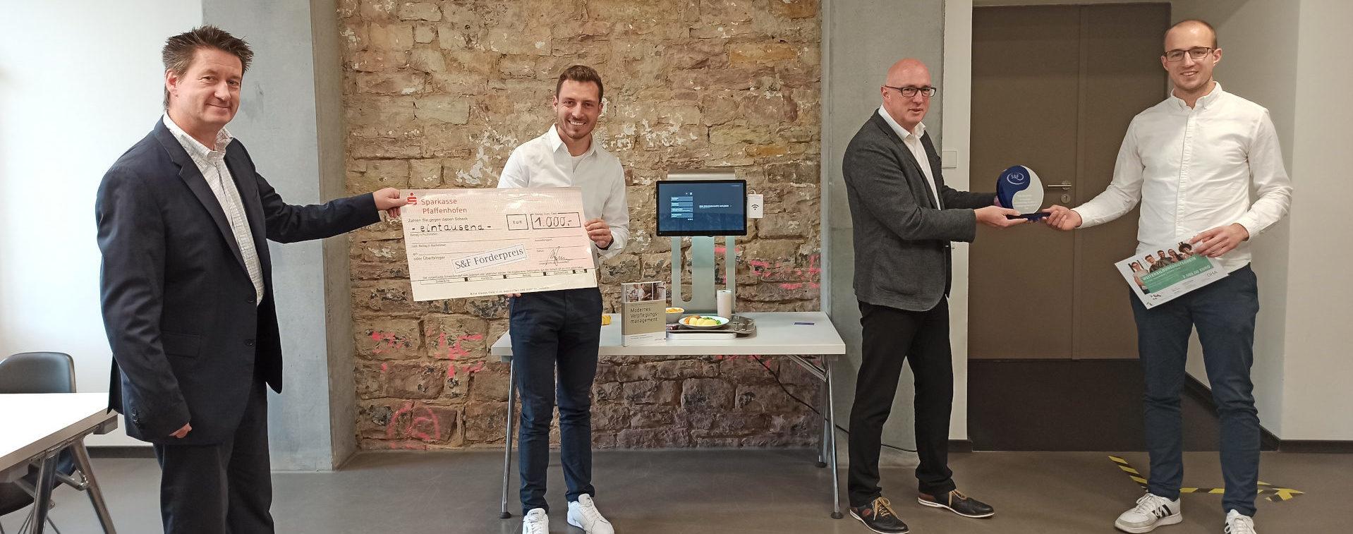 Felix Schweikardt und Alexander Gauthier bekommen den S&F Förderpreis überreicht